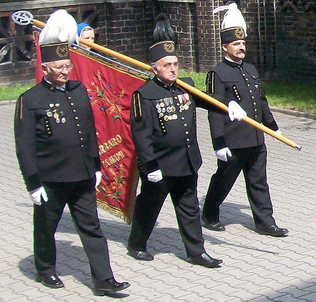 Poczet sztandarowy parafii św. Anny w Janowie w mundurach górniczych, fot. Ewkaa (CC BY-SA 3.0)